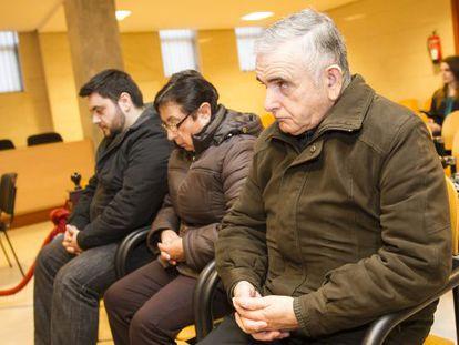 José Manuel Fernández Castiñeiras, durante el juicio del 'Códice' junto a su esposa y su hijo.