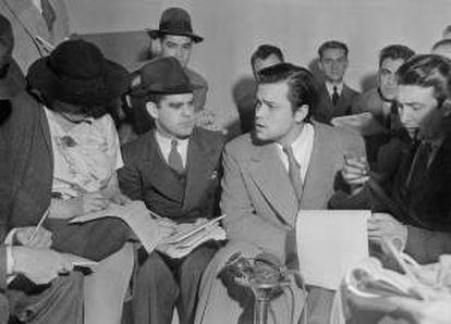 """Fotografía facilitada por TVE que muestra al actor y director Orson Welles durante la rueda de prensa que ofreció el 31 de octubre de 1938 para explicar la emisión de """"La guerra de los mundos"""". EFE/Archivo"""