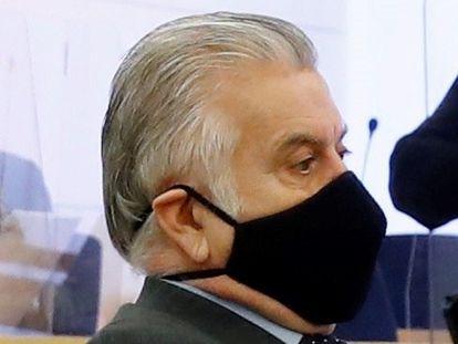 """El extesorero del PP Luis Bárcenas en el banquillo de los acusados durante la primera sesión del juicio de los """"papeles de Bárcenas"""" este lunes."""