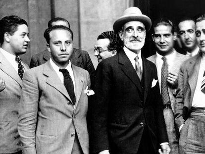 El político Francesc Cambó (en el centro, de negro) en 1935.