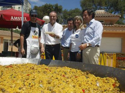 Alberto Fabra y José Ciscar, segundo y tercero desde la izquierda, en un acto de campaña.