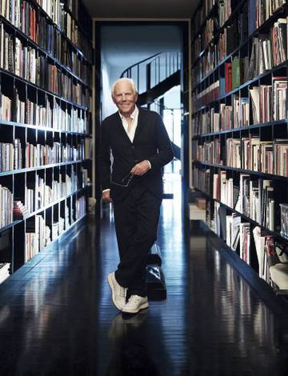 Giorgio Armani, fotografiado para ICON DESIGN en su residencia milanesa, a unos pasos del megacomplejo de la Via Manzoni donde están sus tiendas de moda, el Armani Hotel, el restaurante Nobu, el Emporio Armani Caffè y el club nocturno Armani Privé, todos de su propiedad.