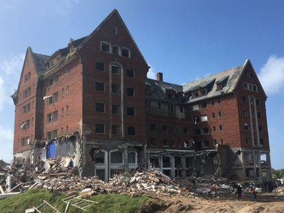 El Hotel San Rafael de Punta del Este, durante el proceso de demolición.