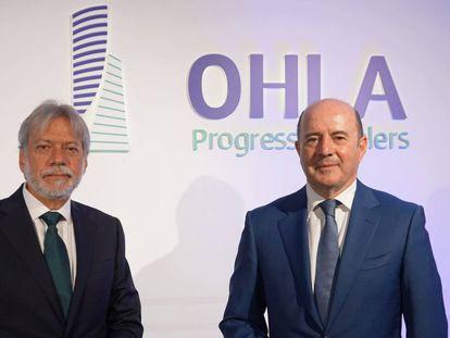 Luis Amodio (izquierda) y José Antonio Fernández Gallar, con el nuevo logo e identidad de la compañía OHLA.