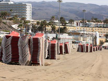 Hoteles cerrados y tumbonas recogidas este miércoles en Playa del Inglés (Gran Canaria).