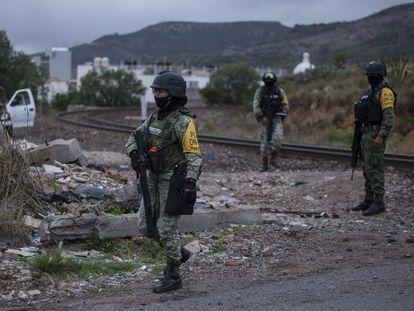 Elementos del Ejército resguardan la zona donde fueron hallados los cuerpos de cuatro personas en Zacatecas, este miércoles.