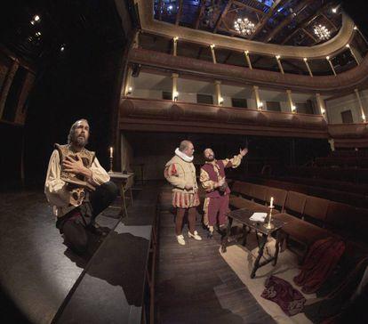 Actores representando una escena cervantina en el corral de comedias de Alcalá.