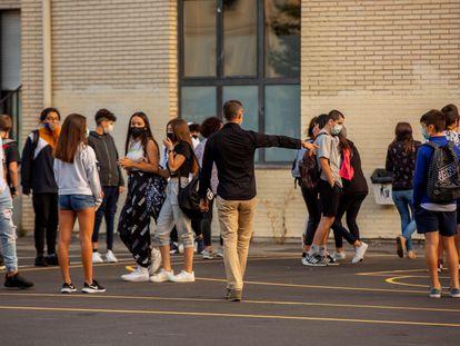 Un profesor ordena el acceso de los alumnos de un instituto de Vitoria.