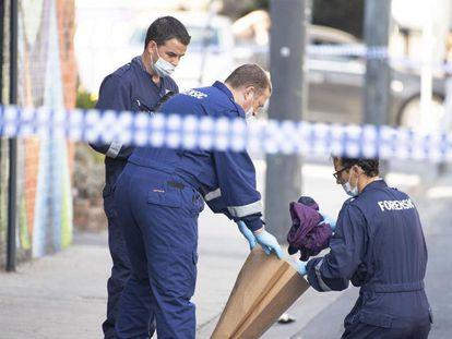 La policía examina la puerta del club nocturno en Prahran, Melbourne.