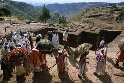 Peregrinos en Bet Giyorgis (San Jorge), una de las iglesias excavadas de Lalibela, al norte de Etiopía.