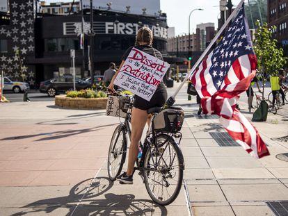 Manifestante de la marcha Roll4Justice el 4 de julio en Minneapolis (Minnesota), una protesta que criticaba la celebración de ese día.