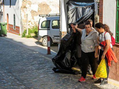 Varias personas salen del domicilio del suceso en Aznalcóllar, este miércoles. En vídeo, mata a tiros a su mujer en la localidad sevillana de Aznalcóllar.