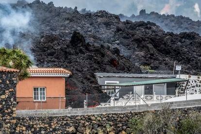 Lava del volcán sobre una casa en El Paso. RAFA AVERO