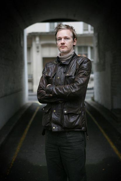 Julian Assange, en un callejón al norte de Londres, el día de la entrevista que mantuvo con EL PAÍS.