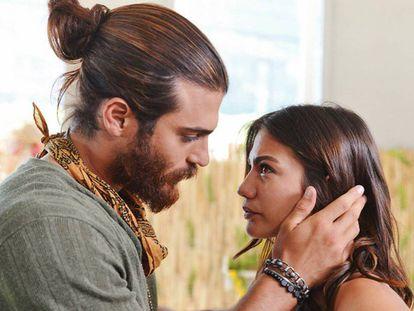 Los actores Can Jamal (a la izquierda) y Demet Ödzemir en la telenovela turca 'Erkenzi Kus' (2019).