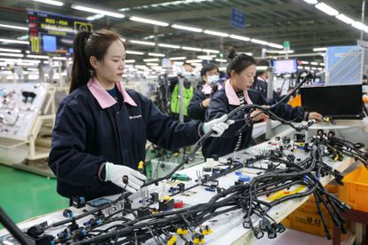 Varias empleadas trabajan en una fábrica de componentes para vehículos, el pasado día 9 en Huaibei (China).