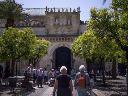 Turistas en el patio de los Naranjos de la mezquita de Córdoba en septiembre de 2019.