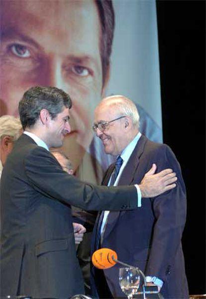Adolfo Suárez Illana saluda al ex presidente del Gobierno Leopoldo Calvo Sotelo durante el homenaje en Madrid.