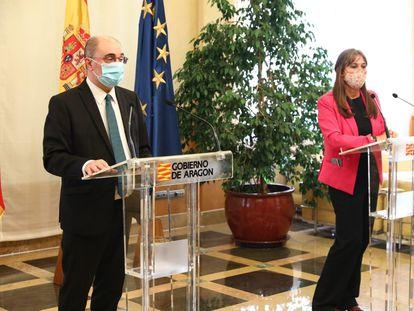 El presidente aragonés, Javier Lambán, y la consejera de Salud, Sira Repollés, en la rueda de prensa de este miércoles.