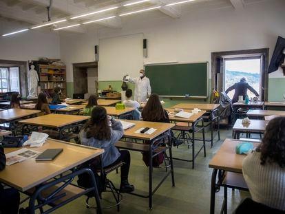 Un profesor abre las ventanas en un aula del IES Rosalia de Castro en el centro de Santiago.