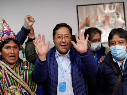 Luis Arce (en el centro), celebra el resultado de los sondeos junto al candidato a la vicepresidencia, David Choquehuanca (a la derecha). / U. MARCELINO (REUTERS)
