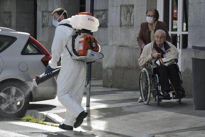 Una pareja de ancianos durante su paseo por una calle de Vitoria, este lunes.
