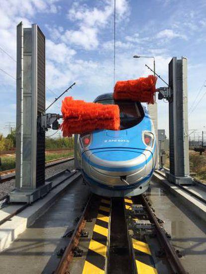 Sistema de lavado para trenes de la empresa Istobal, instalado para los ferrocarriles polacos.