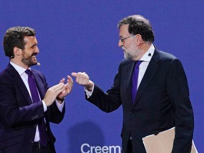 El líder del PP, Pablo Casado (izquierda), y el expresidente Rajoy, en la Convención Nacional del PP celebrada en Santiago de Compostela, este lunes.