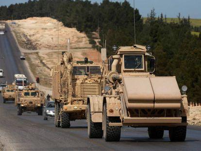 Blindados de fuerzas apoyadas por EE UU este martes en Manbij, Siria