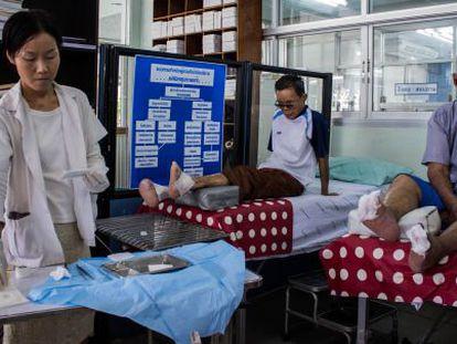 Una enfermera cura a pacientes con deformidades en los pies