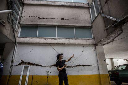 Miguel Rodríguez, 58, en el garaje de su edificio en Ciudad de México.