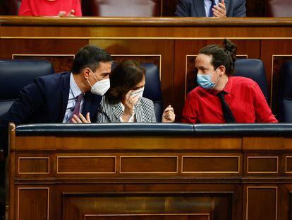 Pedro Sánchez, Carmen Calvo y Pablo Iglesias, durante la sesión de control. En vídeo, sus rifirrafes con la oposición.