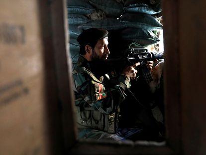 Un soldado afgano, este jueves en un puesto de control en la ruta que une Jalalabad y Kabul.