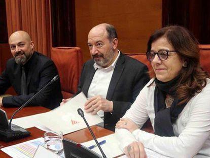 Núria Llorach en una comparecencia en el Parlament junto con Vicent Sanchis y Saül Gordillo.