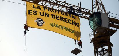 Protesta de Greenpeace el pasado verano contra la ley mordaza.