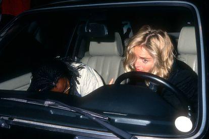 Tras el enorme éxito de 'Instinto básico', Sharon Stone se convirtio en una de las mujeres más perseguidas y fotografiadas del mundo. En esta imagen huye de los paparazzi en un coche con su guardaespaldas en Los Ángeles en 1992.