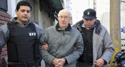 Videla escoltado por la policía, en julio de 2012.