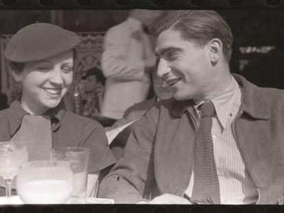 Los fotógrafos Gerda Taro y Robert Capa.