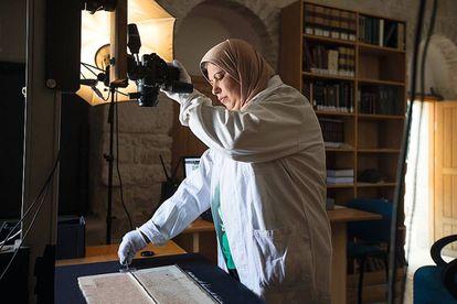 Shaima Budeiry, digitalizando manuscritos para su conservación en el Museo de Manuscritos Hill (HMML)