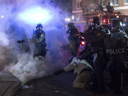 Disturbios en Ferguson en 2014 tras conocerse que un gran jurado había decidido no imputar al policía Darren Wilson por la muerte de Michael Brown.