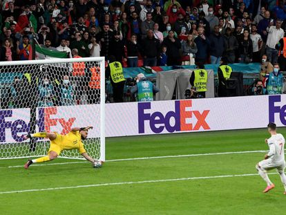 El delantero de la selección española Álvaro Morata falla el penalti ante el portero italiano Gianluigi Donnarumma durante la tanda de penaltis el partido de semifinales de la Eurocopa 2020 entre España e Italia disputado este martes en el estadio de Wembley, en Londres.