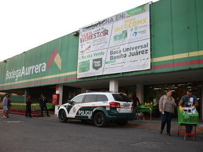 Policías vigilan un supermercado en México para evitar saqueos ante la contingencia por el Covid-19.