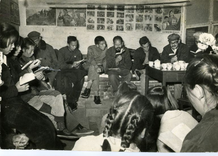 Sergio Cabrera (primero por la derecha sin gorra), en 1967, leyendo el libro rojo en una comuna popular china.