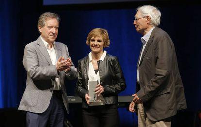 Iñaki Gabilondo entrega el premio de Humanidades a Elena Rcalde e Ignacio Latierro, de la librería Lagun.