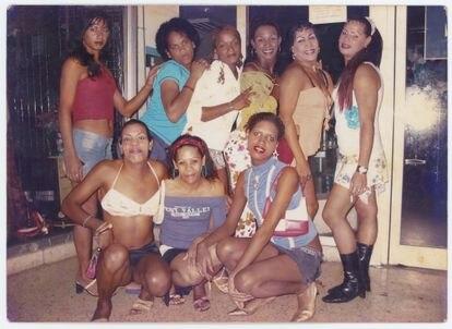 Esta fotografía de Nomi Ramírez, con varias amigas en Santa Clara en 2005, es también parte del archivo reunidos por Librada González.