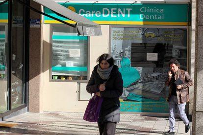 Exterior de la clínica dental Caredent, en Barakaldo (Bizkaia), cerrada sin previo aviso.