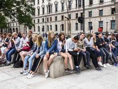 Adolescentes con sus 'smartphones' en Londres.