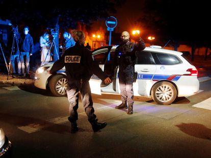 Agentes de policía, en la zona del ataque, este viernes en Conflans-Sainte-Honorine, cerca de París.