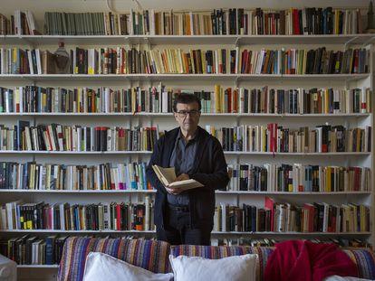 Javier Cercas, en su casa de Verges (Girona).