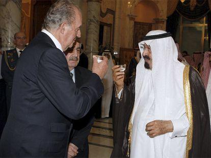 El rey Juan Carlos y el rey de Arabia, Abdullah Bin Abdulaziz, toman una taza de té en el palacio real en Yeda, en 2015.